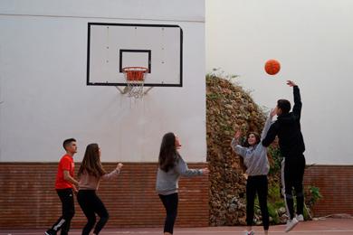 Alumnos practicando deporte en el patio