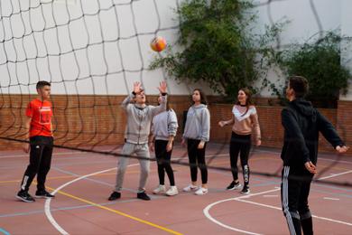 Alumnos practicando voleibol