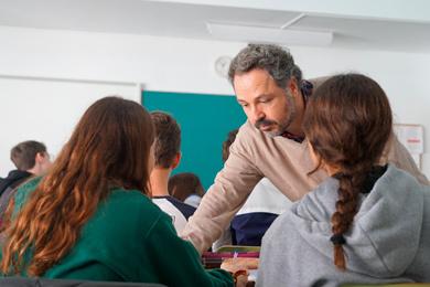 Profesor ayudando al alumno