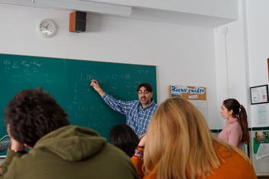 Profesor explicando en clase
