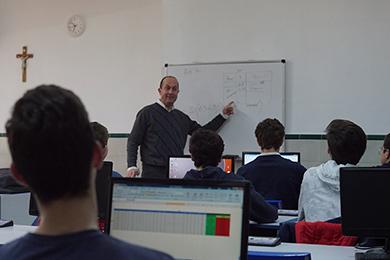 Profesor explicando en la sala de Informática
